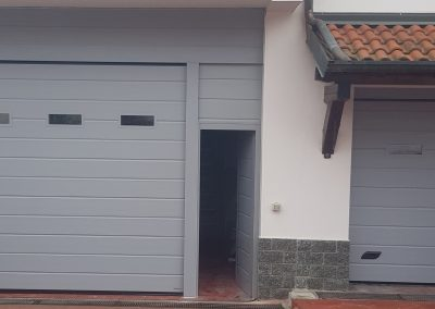 Sezionali motorizzati di cui uno con porta pedonale, interno ral 9016, esterno ral a scelta cliente, oblò in alluminio in tinta - aprile 2019 2
